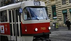 Seniorka nestihla vystoupit, tramvaj ji vláčela dvě stě metrů